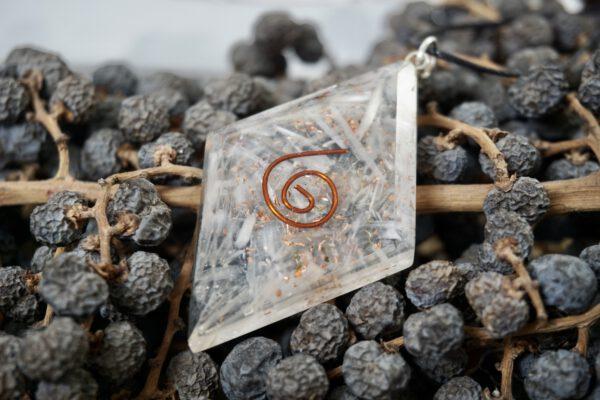 Orgoniet hanger - diamantvorm met koperspiraal